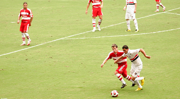 São Paulo (in white) faces Germany's Bayern Munich in an exhibition game. By FHKE (Flickr) [CC BY-SA 2.0 (http://creativecommons.org/licenses/by-sa/2.0)]