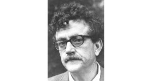 Author Kurt Vonnegut. (By WNET-TV/ PBS (eBay front back) [Public domain], via Wikimedia Commons).