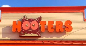 "(Flickr / Mike Mozart / ""Hooters"" / CC BY 2.0 / cropped and resized)"