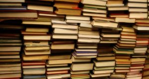 """(Flickr / Ginny / """"mountain of books""""  https://flic.kr/p/4TiKwd / CC BY-SA 2.0 https://creativecommons.org/licenses/by-sa/2.0/ / Cropped and resized)"""