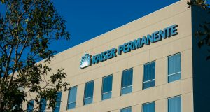 IRVINE, CAUSA - February 9, 2019 - Kaiser Permanente logo on hospital facility building. Kaiser Permanente is a medical care provider based in Oakland, California, United States.