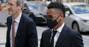 Cuba Gooding Jr., right, arrives at criminal court for his sexual misconduct case, Monday, Oct. 18, 2021, in New York. (AP Photo/John Minchillo)